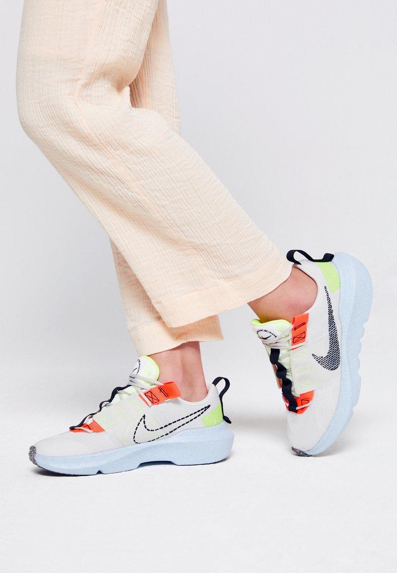Nike Sportswear - CRATER IMPACT UNISEX - Tenisky - light bone/black/stone/bright crimson/blue