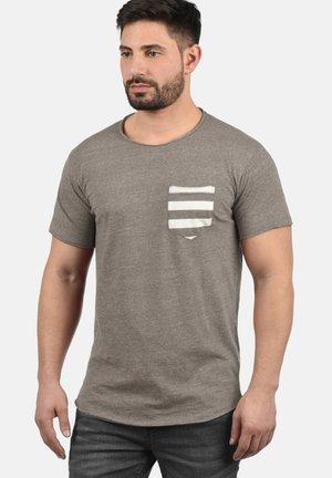 MAXTON - Print T-shirt - faded brow