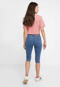 Vero Moda Petite - VMHOT SEVEN SLIT KNICKER - Denim shorts - medium blue denim - 2