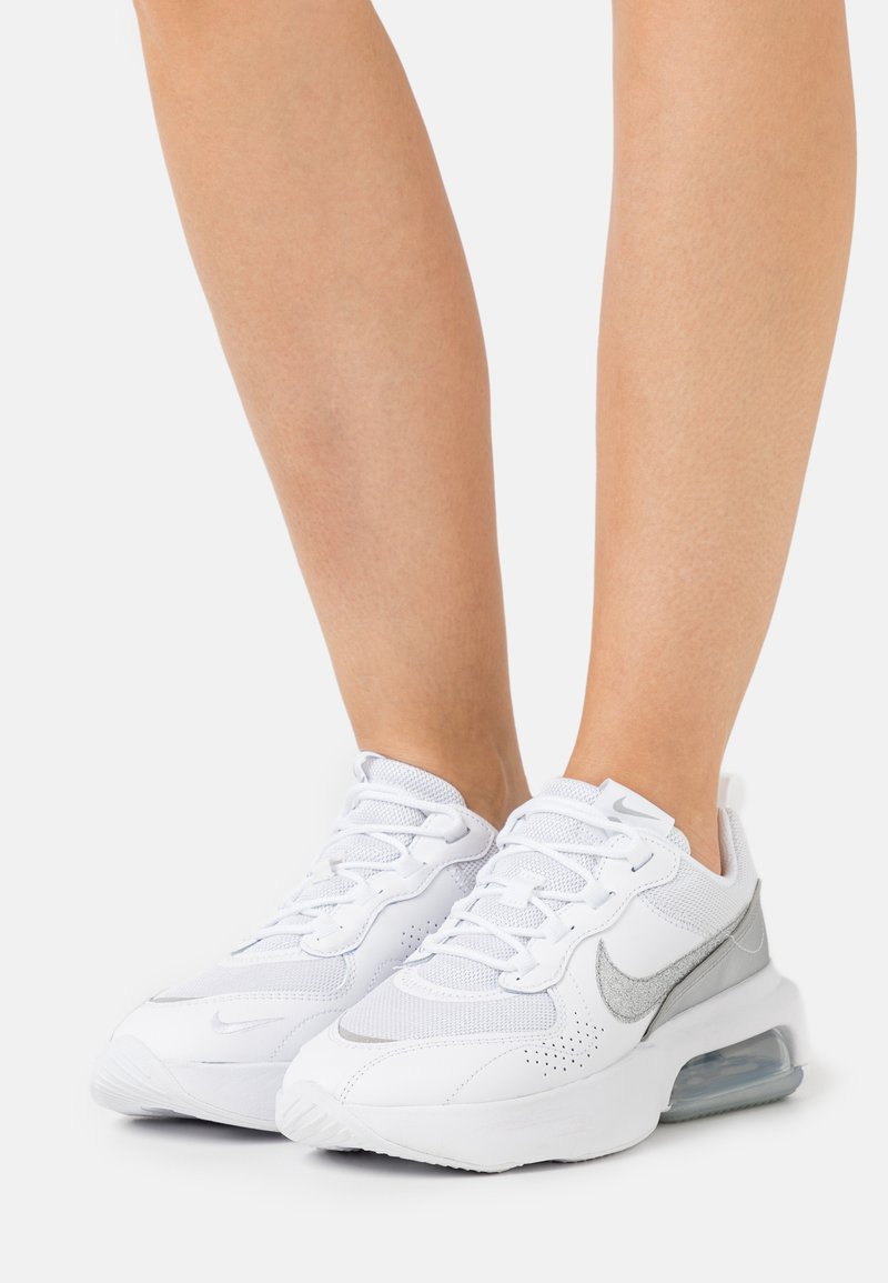 Nike Sportswear - AIR MAX VERONA - Zapatillas - white/metallic silver
