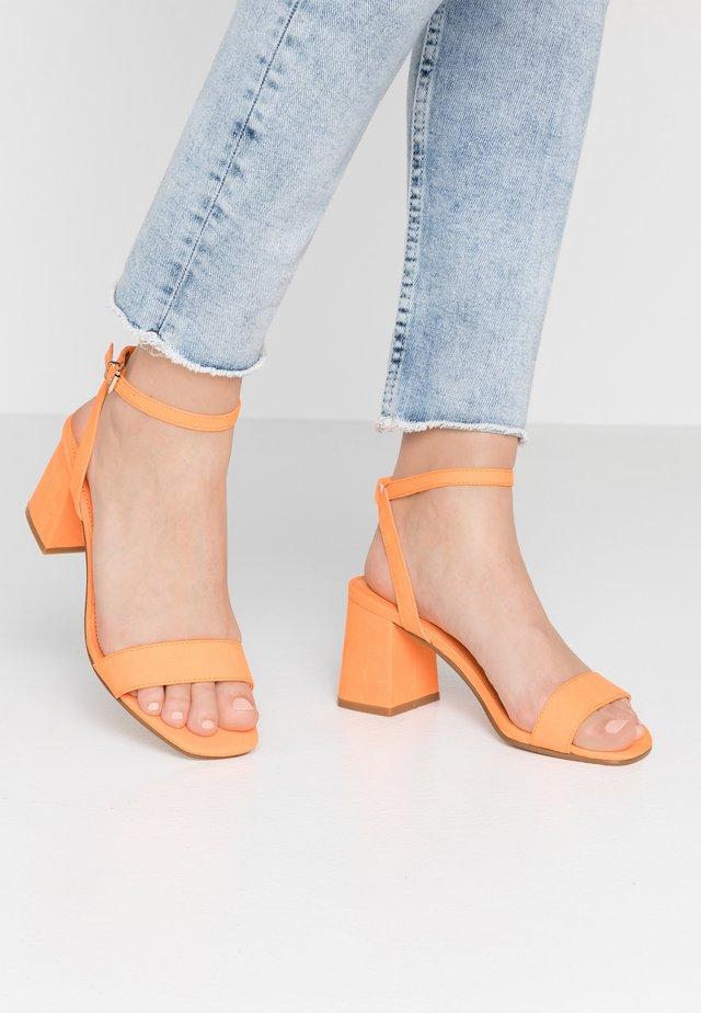 MILLIONS - Sandaalit nilkkaremmillä - orange