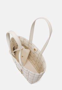 MICHAEL Michael Kors - IVY TOTE - Across body bag - cream - 3