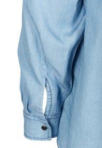 Zizzi - MIT RÜSCHEN - Button-down blouse - light blue - 6