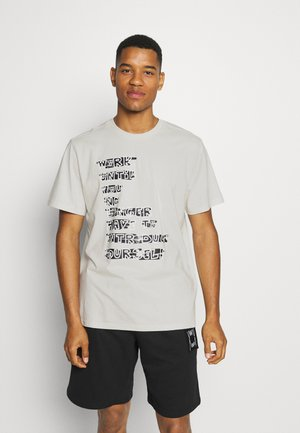 FRANCHISE GRAPHIC TEE - Print T-shirt - vaporous gray