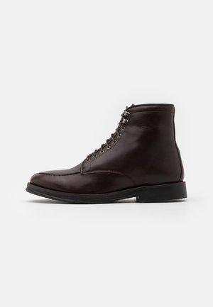 RINGO BOOT - Šněrovací kotníkové boty - brown
