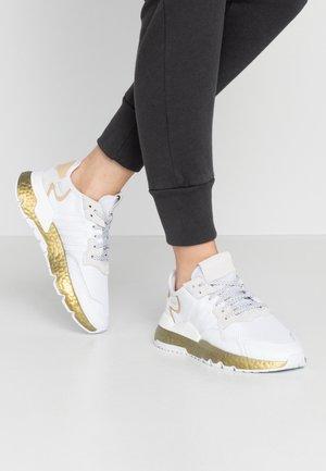 NITE JOGGER  - Matalavartiset tennarit - footwear white/periwinkle/gold metallic