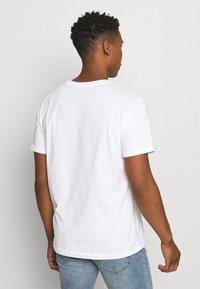 New Balance - ESSENTIALS EMBROIDERED TEE - Basic T-shirt - white - 2