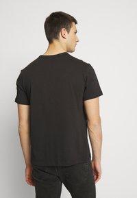 Champion Reverse Weave - Print T-shirt - black - 2