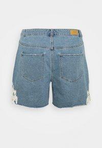 Vero Moda Curve - VMNINETEEN - Shorts di jeans - light blue denim/birch - 1
