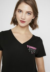 Tommy Jeans - ESSENTIAL V-NECK LOGO TEE - T-shirt z nadrukiem -  black - 4