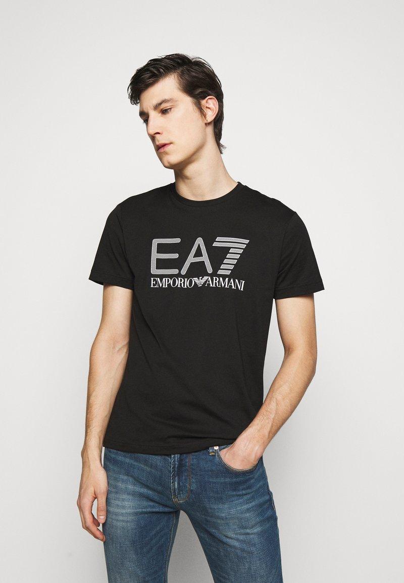 EA7 Emporio Armani - T-shirt med print - black/white