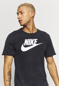 Nike Sportswear - ICON FUTURA WASH - Camiseta estampada - black/white - 3
