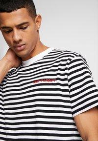 Night Addict - T-shirt med print - black/white/red - 4
