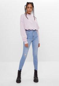 Bershka - MIT SEHR HOHEM BUND  - Jeans Skinny Fit - blue denim - 1