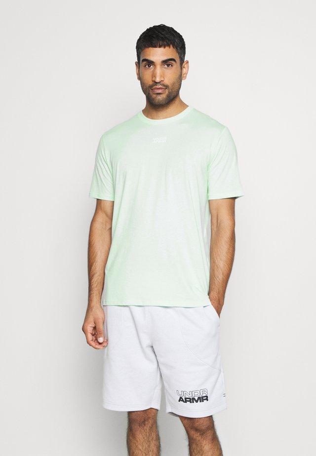 BASKETBALL GRAPHIC TEE - T-shirt z nadrukiem - seaglass blue