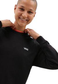 Vans - WM FLYING V BFF FT CREW - Sweater - black - 2