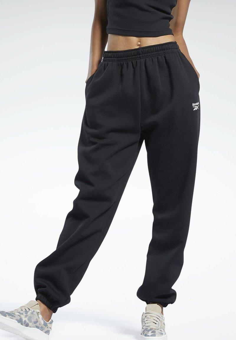 Reebok Classic - CLASSIC WARDROBE ESSENTIALS COZY FLEECE FOUNDATION - Pantalon de survêtement - black