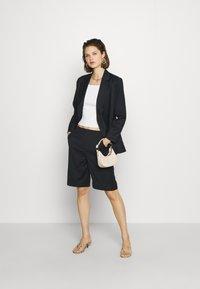 Who What Wear - THE BERMUDA - Shortsit - black - 1