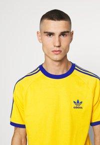 adidas Originals - 3 STRIPES TEE UNISEX - Print T-shirt - actgol/royblu - 3