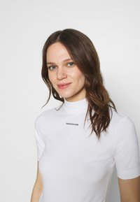Calvin Klein Jeans - MICRO BRANDING STRETCH MOCK NECK - Print T-shirt - bright white - 3