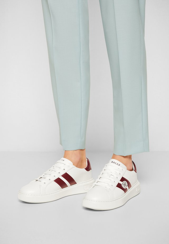 MIKKI - Sneakersy niskie - white/heritage red