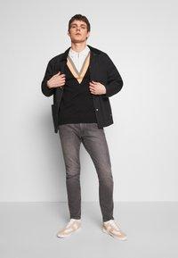 Bellfield - CHEVRON COLOUR BLOCK POLO - Polo shirt - black - 1