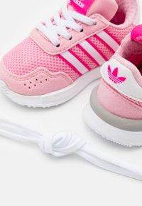 adidas Originals - RETROSET RUNNING INSPIRED SHOES - Trainers - light pink/footwear white/shock pink - 5