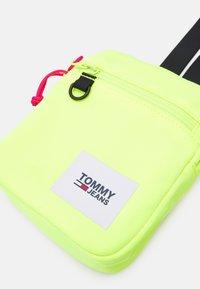 Tommy Jeans - URBAN ESSENTIALS CHEST BAG - Taška spříčným popruhem - yellow - 3