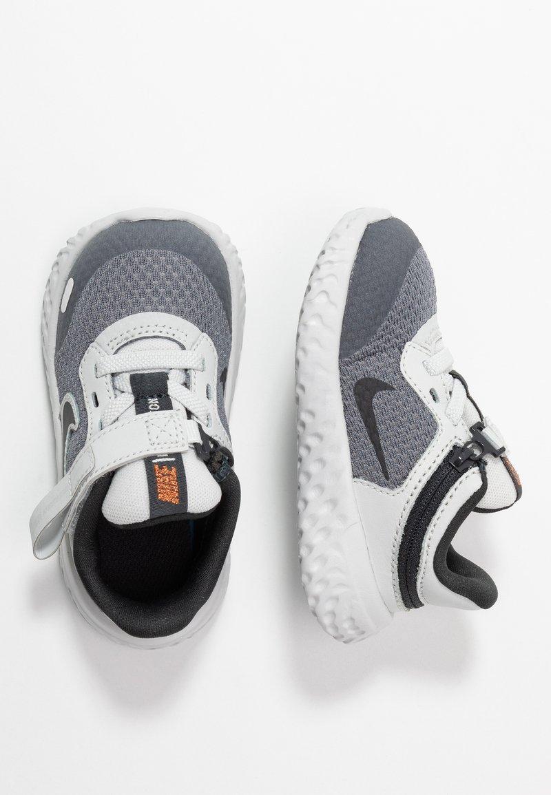 Nike Performance - REVOLUTION 5 FLYEASE - Obuwie do biegania treningowe - light smoke grey/dark smoke grey/photon dust/medium brown