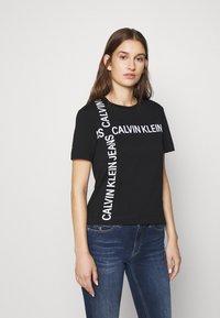 Calvin Klein Jeans - GRID LOGO TEE - T-shirt con stampa - black - 0