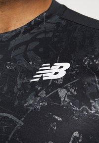 New Balance - PRINTED VELOCITY - T-shirt med print - black - 7