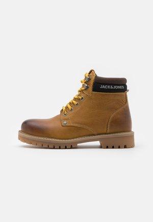 JRSTATTON - Šněrovací kotníkové boty - honey