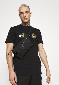 Ellesse - MAGI - Print T-shirt - black - 3