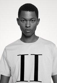 Les Deux - ENCORE  - Print T-shirt - dark sand/black - 3
