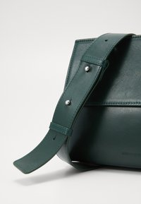 Royal RepubliQ - ELITE EVENING BAG - Taška spříčným popruhem - green - 2