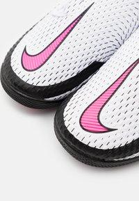 Nike Performance - JR PHANTOM GT ACADEMY IC UNISEX - Chaussures de foot en salle - white/pink blast/black - 5