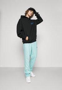 9N1M SENSE - STRIPE TRACK PANT UNISEX - Pantalon de survêtement - skyblue - 4