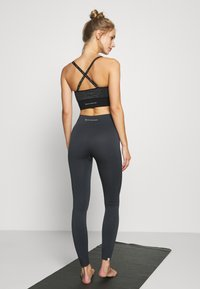 Yogasearcher - GALAXIE - Leggings - lavastone - 2