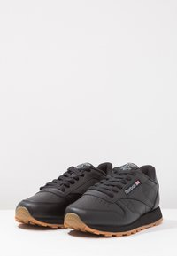 Reebok Classic - CLASSIC LEATHER CUSHIONING MIDSOLE SHOES - Trainers - black - 2