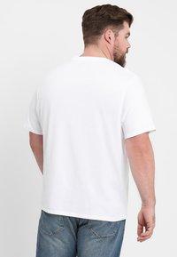 Levi's® Plus - BIG GRAPHIC TEE - Triko spotiskem - hm white - 2