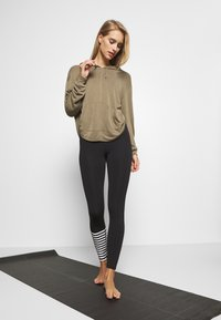 Free People - BACK INTO IT HOODIE - Hoodie - army - 1