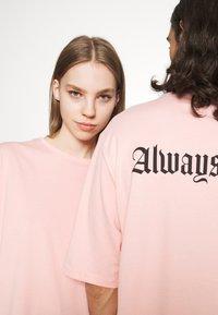 YOURTURN - UNISEX - Print T-shirt - pink - 3