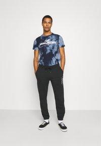 Hollister Co. - GRAPHIC - Print T-shirt - blue - 1