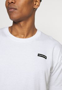Good For Nothing - ESSENTIAL WITH RUBBER BADGE - T-shirt basic - white - 4