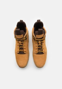 Timberland - KILLINGTON HIKER CHUKKA - Sneakersy wysokie - wheat - 3