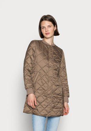 COAT QUILTED THERMORE PADDING REGULAR FIT WELT POCKETS - Krátký kabát - nutshell brown