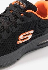 Skechers - DYNA-AIR - Tenisky - black/orange - 5