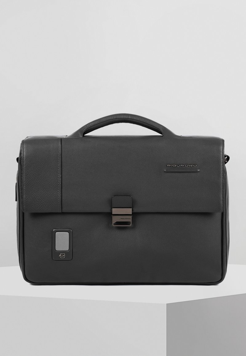 Piquadro - PIQUADRO AKRON AKTENTASCHE LEDER 42 CM LAPTOPFACH - Briefcase - black