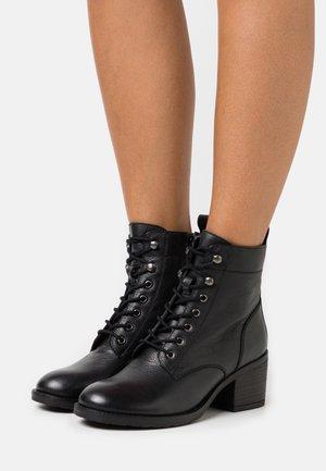 OODLE HEELED - Šněrovací kotníkové boty - black