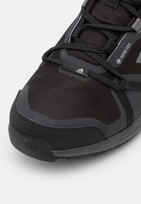 adidas Performance - TERREX SKYHIKER GORE-TEX - Trekingové boty - core black/grey four/solid grey - 5